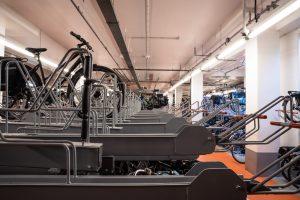 Compact fietsparkeren in ruimtes met buizen langs plafond