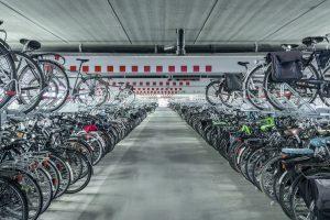 fietsparkeergarage met obstakels aan plafonds
